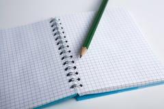 Bleistift auf dem karierten Papierübungsbuch Stockfoto
