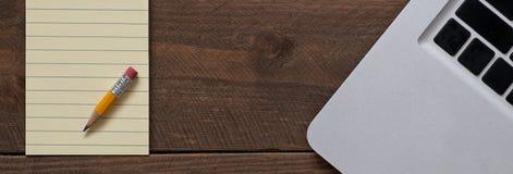 Bleistift auf dem Notizblock und dem Computer Lizenzfreie Stockfotos