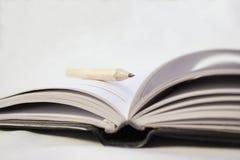 Bleistift auf einem Buch Lizenzfreie Stockfotografie