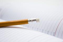 Bleistift auf einem Buch Stockfoto