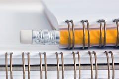 Bleistift auf einem gewundenen Notizblock Stockfotos