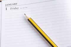 Bleistift auf einem Kalender Stockbilder