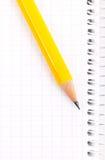 Bleistift auf einem Notizbuch Lizenzfreie Stockfotos