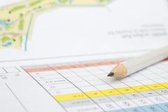 Bleistift auf einer Golfspielstandskarte Lizenzfreies Stockbild