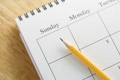 Bleistift auf Kalender. lizenzfreies stockfoto