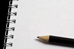 Bleistift auf Notizblock Stockfoto