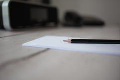 Bleistift auf Notizblock, Holztisch Stockbild