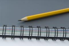Bleistift auf Notizbuch. Lizenzfreie Stockfotografie