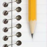 Bleistift auf Notizbuch. Stockfotos