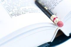 Bleistift auf Seiten des Buches stockfoto