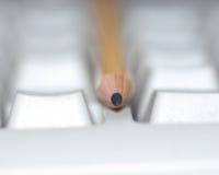 Bleistift auf Tastatur Stockbild