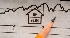 Bleistift auf Zeitungs-Ablagen-Diagramm Lizenzfreie Stockfotos