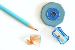 Bleistift, Bleistiftspitzer, Gummibleistiftrasieren lokalisiert auf weißem Hintergrund mit Kopienraum Stockfoto