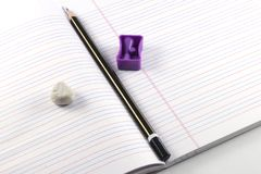 Bleistift, Bleistiftspitzer, Radiergummi, Buch Stockbilder