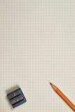 Bleistift, Bleistiftspitzer und Blatt Lizenzfreies Stockfoto