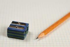 Bleistift, Bleistiftspitzer und Blatt Lizenzfreies Stockbild