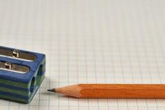 Bleistift, Bleistiftspitzer und Blatt Stockfotos