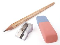 Bleistift, Bleistiftspitzer und Radiergummi Stockbild