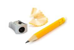 Bleistift, Bleistiftspitzer und Schnitzel Stockfotos