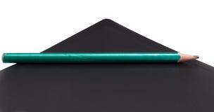 Bleistift, der auf einem Ordner liegt Lizenzfreies Stockfoto