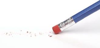 Bleistift, der einen Fehler löscht Stockfotografie