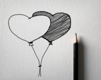 Bleistift, der für Herzballonkonzept skizziert Stockbild