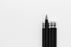 Bleistift, der heraus von der Reihe von Bleistiften steht Stockfotos