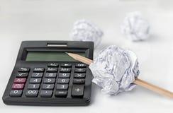 Bleistift durchbohrte das Ballpapier auf weißem Hintergrund Lizenzfreie Stockfotos