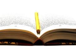 Bleistift in einem Buch Stockfotos
