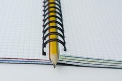 Bleistift in geöffnetem Notizbuch. Stockfotos