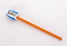 Bleistift im Bleistiftspitzer auf weißem Hintergrund Lizenzfreie Stockfotos