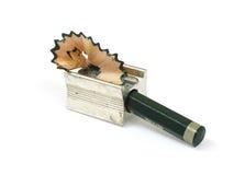 Bleistift im Bleistiftspitzer und in den Rasuren Stockfotos