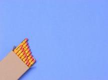 Bleistift-Kasten auf blauem Hintergrund Stockfotos
