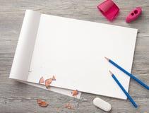 Bleistift, Kompass, Radiergummi, Bleistiftspitzer, ein Zeichnungsbuch mit einem Bleistift Lizenzfreie Stockbilder