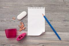 Bleistift, Kompass, Radiergummi, Bleistiftspitzer, ein Zeichnungsbuch mit einem Bleistift Stockfotos
