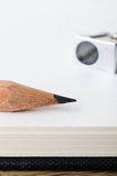 Bleistift, leerer Sketchbook und Bleistiftspitzer Lizenzfreie Stockfotografie