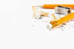 Bleistift, Metallbleistiftspitzer und Bleistiftschnitzel Lizenzfreies Stockfoto