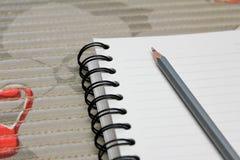 Bleistift mit Buch auf Tabelle Stockbilder