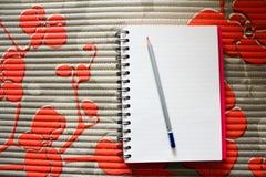 Bleistift mit Buch auf Tabelle Lizenzfreie Stockfotos