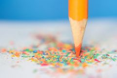 Bleistift mit bunten Schnitzeln Lizenzfreies Stockbild