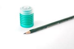 Bleistift mit einem Bleistiftspitzer lizenzfreie stockfotografie