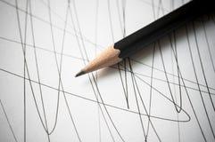 Bleistift mit schwarzen gekrümmten Linien stockfotos