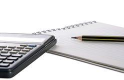 Bleistift, Notizblock und Rechner Stockbild