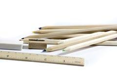 Bleistift, Radiergummi, Bleistiftspitzer, hölzerner Metermachthaber Stockbilder