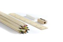 Bleistift, Radiergummi, Bleistiftspitzer, hölzerner Metermachthaber Lizenzfreies Stockbild