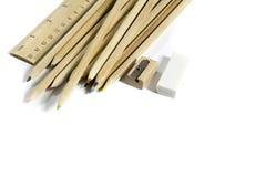 Bleistift, Radiergummi, Bleistiftspitzer, hölzerner Metermachthaber Lizenzfreies Stockfoto