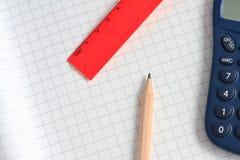 Bleistift, Rechner und Distanzscheibe Stockfotografie