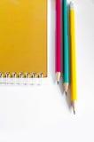 Bleistift-rotes Gelbgrün, drei Bleistifte auf weißem Hintergrund, Bleistifte, flache Tiefe Stockbild