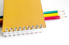 Bleistift-rotes Gelbgrün, drei Bleistifte auf weißem Hintergrund, Bleistifte, flache Tiefe Lizenzfreie Stockfotos