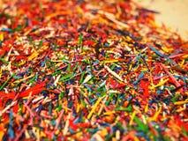 Bleistift-Schnitzel getrennt Sch?ne Mehrfarbenchips von farbigen Bleistiften Details und Nahaufnahme lizenzfreie stockbilder